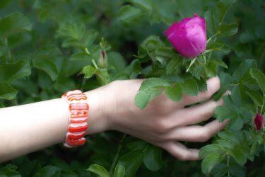 Красно-белый браслет