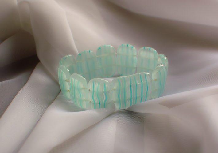 Сделайте прозрачно-бирюзовый браслет
